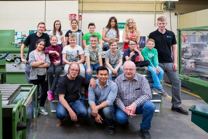 Blickte auf Einladung von Ausbildungsleiter Hans Baumgarten (1. Reihe r.) einen Tag in die Lehrwerkstatt von Vaillant: die Klasse 5 der Nelson-Mandela-Schule in Remscheid mit Lehrer Hans-Werner Bauss (1. Reihe l.)