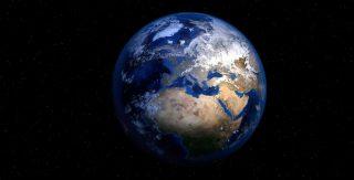 Erdaufgang im Weltall. Der blaue Planet erhebt sich aus der Dunkelheit. Das einzigartige Wasservorkommen muss geschützt werden.