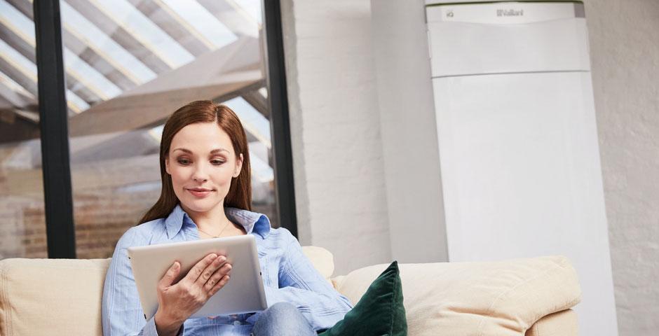 Modernisiererin sucht online nach Systemvorschlägen für ihre neue Heizung.