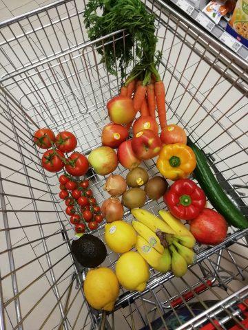Einkaufswagen mit Gemüse und Obst