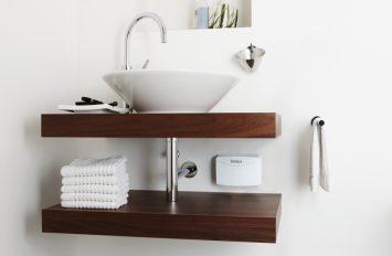 Unter dem Waschtisch in einem Gäste-WC ist ein kleiner Durchlauferhitzer versteckt.