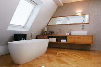 Eine freistehende Badewanne in einem schicken Bad.