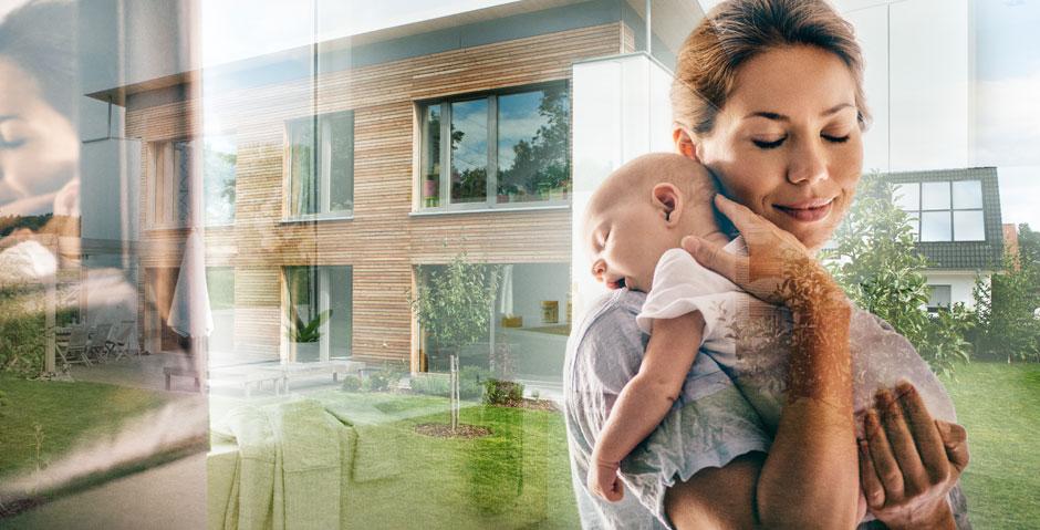 Eine junge Frau hält ihr Baby liebevoll im Arm. Besonders Säuglingen machen hohe Raumtemperaturen durch Sommerhitze zu schaffen.
