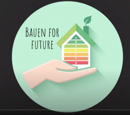 Ein rundes grünes Label zu Bauen for Future mit einer grafischen Hand, die ein Haus mit den aus bunten Linien aufgebauten Energieverbrauchsebenen A bis G zeigt.