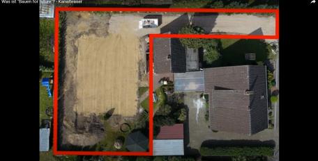 Luftaufnahme von einem Grundstück mit einem alten Haus, auf dem in Rot das Baugrundstück und die Zufahrt für einen Neubau markiert sind.