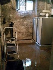 Nach einem Wasserrohrbruch ist ein alter Heizungskeller mit Wasser überflutet.