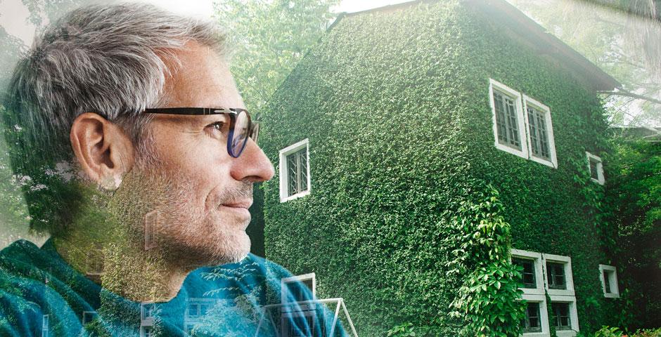 Ein Mann denkt über sein Haus nach. Wertvolle Erinnerungen, aber auch notwendige Sanierungen gehen ihm durch den Kopf.