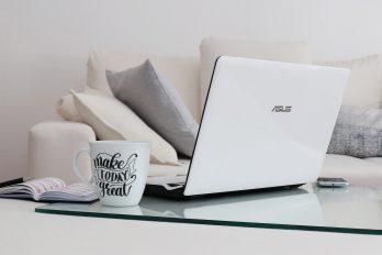 Laptop auf Couchtisch