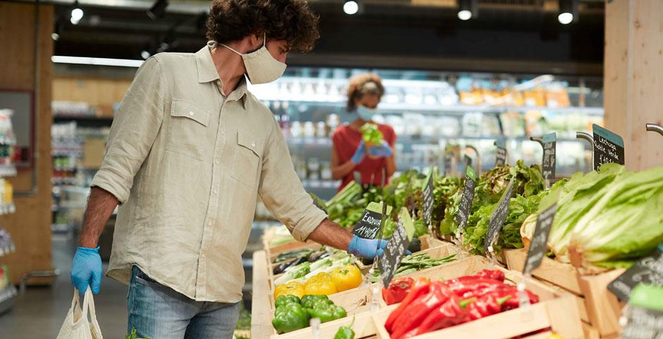 Mann im Supermarkt