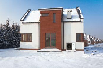 Haus mit Wärmepumpe im Winter