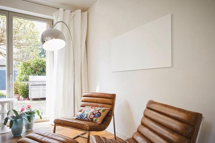 Die Infrarotheizung als spezielle Form der Elektroheizung lässt sich elegant und unauffällig in Wohnräumen anbringen.
