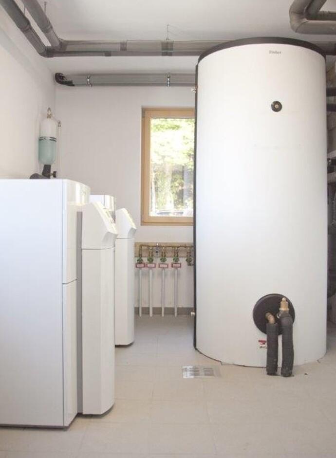 Zwei geoTHERM Luft/Wasser-Wärmepumpen (li.) speisen neben der thermischen Solaranlage weitestgehend regenerativ den 1.000 Liter Multi-Funktionsspeicher für die Wärmeerzeugung und die Brauchwasserbereitung.