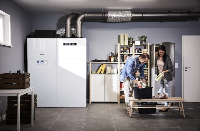 Die recoCOMPACT exclusive Luft-Wasser-Wärmepumpe vereint Heizung, Lüftung und Warmwasserspeicher in einem Gerät.
