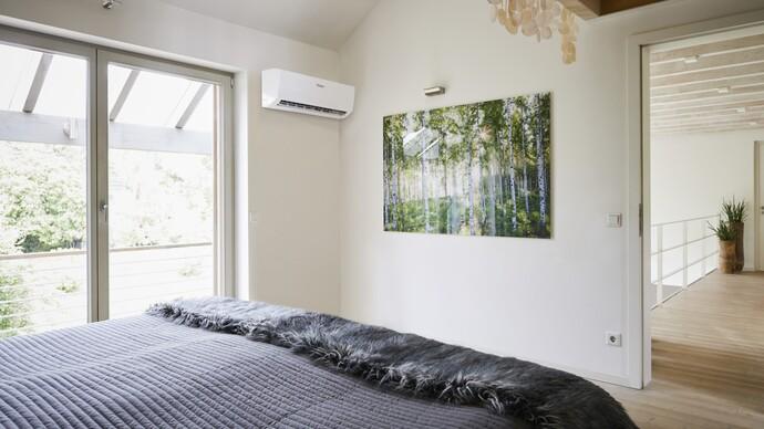 Ein kühler Raum dank Klimaanlage: Die climaVAIR Splitgeräte können in Schlafräumen auch mit reduzierter Gebläsegeschwindigkeit für extrem leisen Betrieb arbeiten.