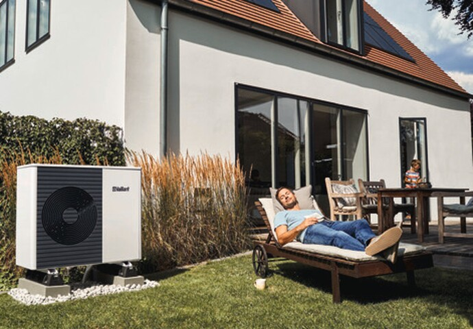 https://www.vaillant.de/media-master/global-media/vaillant/product-pictures/arotherm-unitower/people18-45605-01-1500173-format-flex-height@690@desktop.jpg
