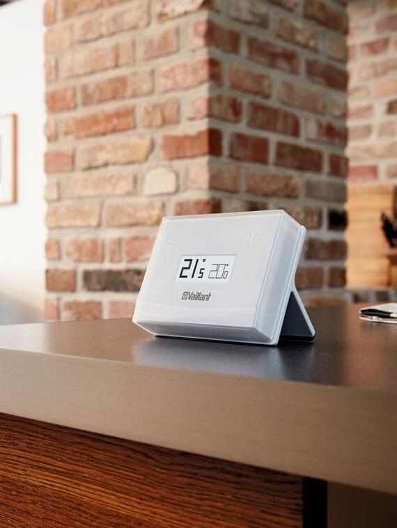 Internetbasierter Raumtemperaturregler mit Warmwasserunterstützung