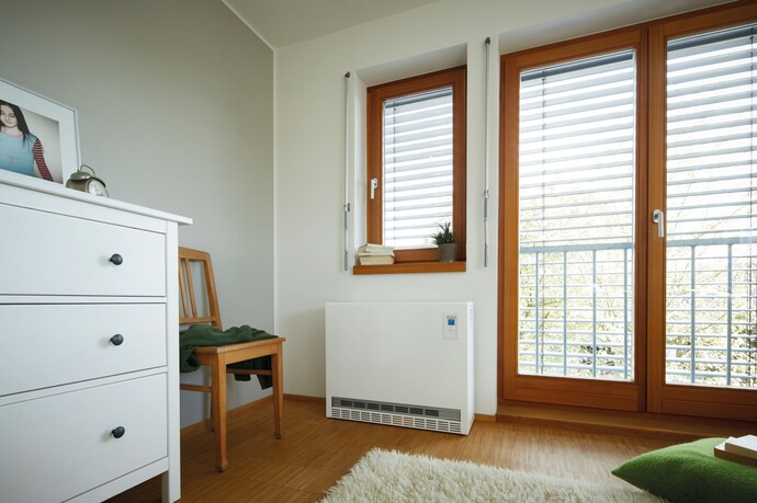 Das bodenstehende Speicherheizgerät eloMENT VSU EL zeichnet sich durch leisen Betrieb aus und erkennt mittels Abschaltelektronik offene Fenster.
