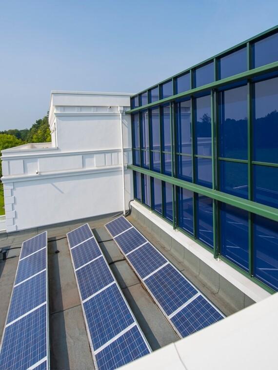 Nachhaltigkeit, die Nebenkosten dämpft: Im Rahmen eines ganzheitlichen Energiekonzeptes wird die benötigte Hilfsenergie zumindest rechnerisch über die eigene PV-Anlage abgedeckt.