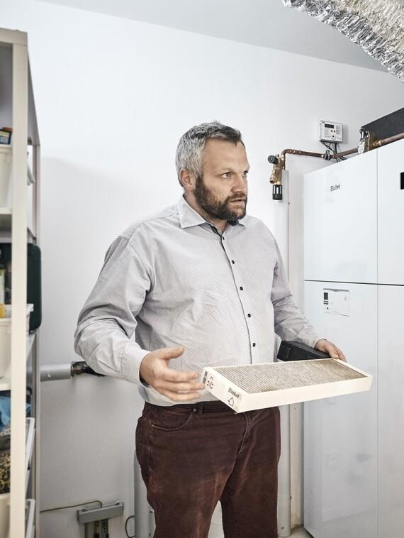 Für Sebastian Pönsgen (li.) vom Fachhandwerksunternehmen Priogo ist das einfache Handling der Wärmepumpe mit integrierter Wohnraumlüftung ein wichtiges Verkaufsargument im Gespräch mit dem Endkunden. Bis hin zum einmal jährlich obligatorischen Filterwechsel, der im wahrsten Sinne des Wortes mit einem Handgriff erledigt ist.
