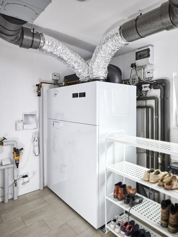 """Kompakt eingepasst, und trotzdem zu Wartungszwecken (komplett von vorne!) gut zugänglich: die Luft/Wasser-Wärmepumpe """"recoCOMPACT exclusive"""" mit integrierter kontrollierter Wohnraumlüftung."""
