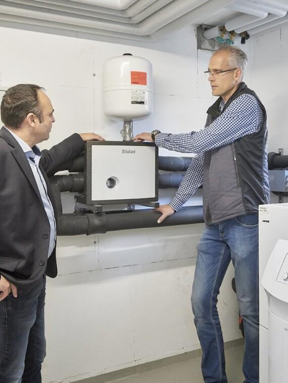 """SHK-Meister Frank Schönebeck im Gespräch mit Vaillant Key Account Manager Thorsten Baude (li.) sind einer Meinung: """"Für ebenso wirtschaftliche wie energieeffiziente Heiztechnik-Lösungen ist es zwingend notwendig, jedes Objekt individuell zu betrachten."""""""