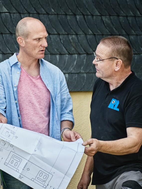 Detailabstimmung als Erfolgsfaktor: Christoph Pilz von der GEWAG (Mi.), SHK-Handwerksmeister Lewandowski (re.) und Vaillant Key Account Manager Thorsten Baude.