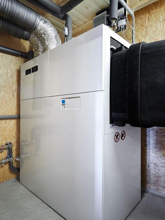 """Das Luft/Wasser-Wärmepumpensystem """"recoCOMPACT exclusive"""" mit angeflanschter Wohnraumlüftung und integriertem Trinkwasserspeicher ist für die Innenaufstellung in Gebäuden bis etwa 260 m² (KfW-Effizienzhaus 40 Plus) konzipiert."""