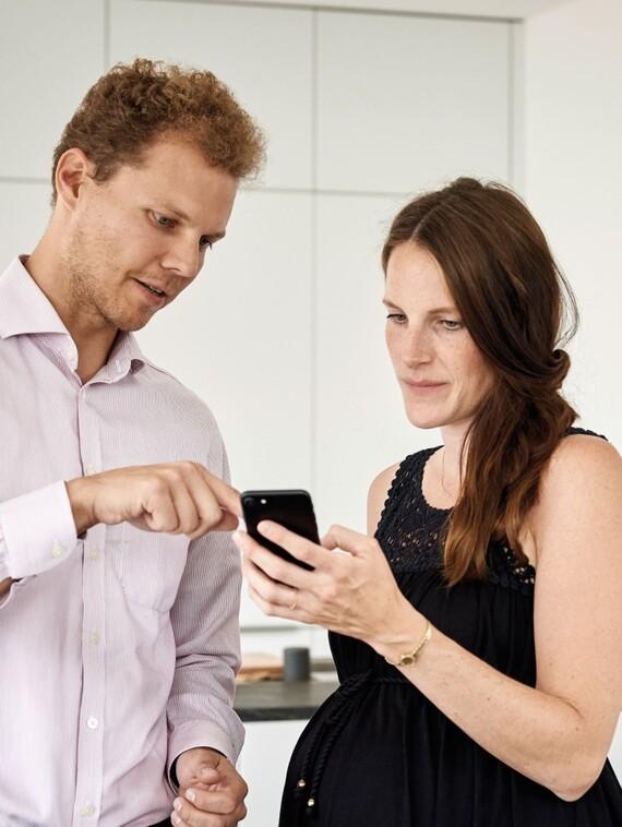 Die App-basierte Steuerung des Gesamtsystems trifft speziell bei technikaffinen jungen Bauherren einen Nerv, das bestätigt auch Tanja Brun, hier im Gespräch mit Vaillant Vermarktungsmanager Jan-Christopher Müller.