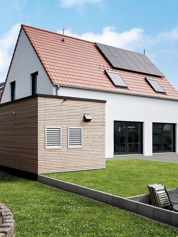 Die komplette Heiz- und Lüftungstechnik hat Familie Brun im Garagenanbau untergebracht. Die sehr niedrige Geräuschentwicklung ließ dabei sogar die Platzierung auf der Grundstücksgrenze zu. (Fotos: Vaillant)