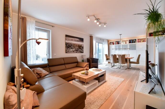 Exklusives Wohnen: Echtholz-Parkettböden, Fußbodenheizung und die obligatorische KWL-Anlage sorgen im Penthouse für Wohlfühl-Atmosphäre.