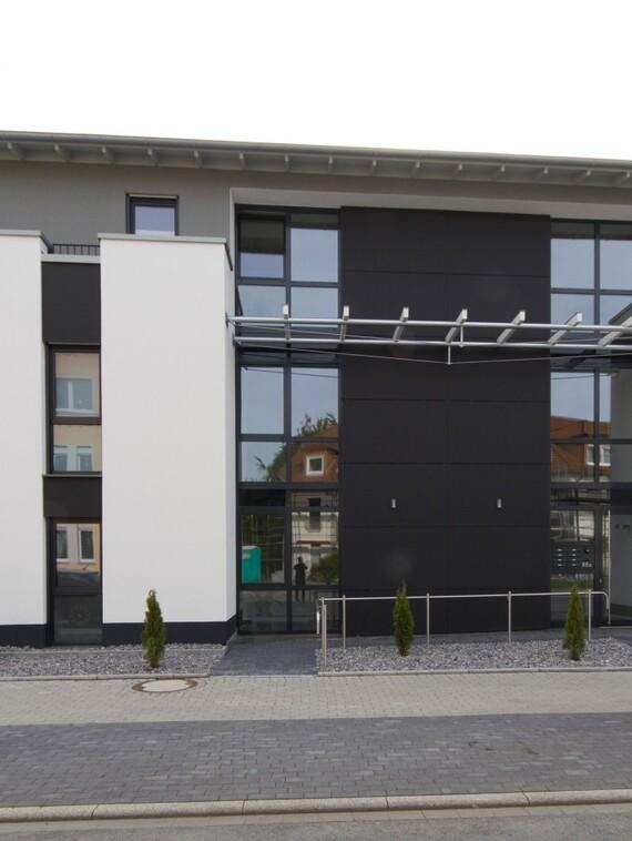 Mit seiner aufgelockerten Fassade, zusätzlich unterstrichen durch die Farbgebung, fügt sich der Neubau harmonisch in den gewachsenen Holzwickeder Stadtteil ein. (Fotos: Vaillant)