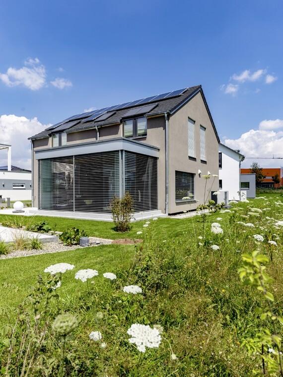 Ökologisch auf hohem Qualitätsniveau bauen – das ist ein Anspruch, den der überwiegende Teil der Interessenten für ein Lehner-Haus in ihre Kaufentscheidung einfließen lassen. (Fotos: Vaillant)