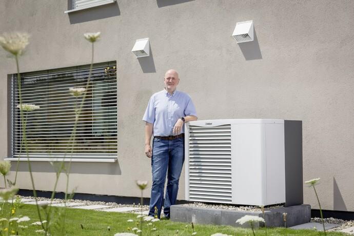 """Für Firmenchef Thomas Lehner gehört die Luft/Wasser-Wärmepumpe mittlerweile zur Standardausstattung """"seiner"""" Neubauten."""