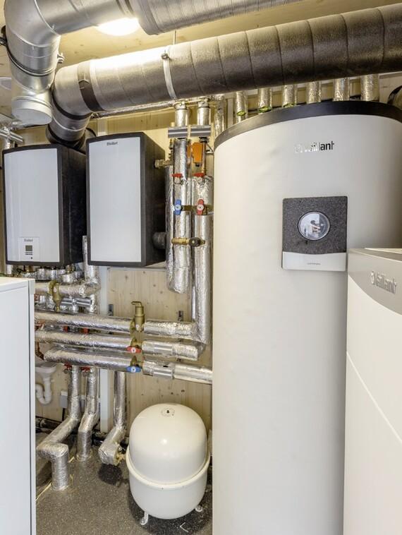 So kompakt geht Haustechnik – wenn sie werksseitig vorgefertigt werden kann: Links der Batteriespeicher, im Hintergrund die beiden wandhängenden Hydraulikblöcke, rechts der 300-Liter-Warmwasserspeicher und im Vordergrund die Kontrollierte Wohnraumlüftung.