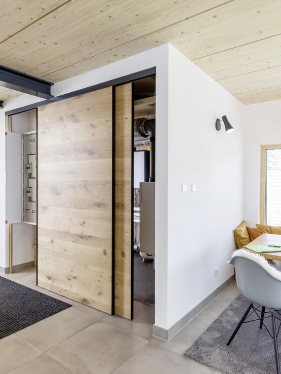 """Die """"Energy Box"""" kann sogar, wie hier, direkt angrenzend an den Wohnraum platziert werden – und wirkt dank der Schwebetüren wie ein Einbauschrank."""