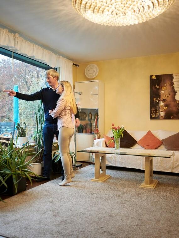Yana und Wolfgang Noll schätzen ihr komfortables Wohnen im Grünen, das dank der neuen Wärmepumpe plus PV-Anlage jetzt auch noch ökologisch überzeugt.