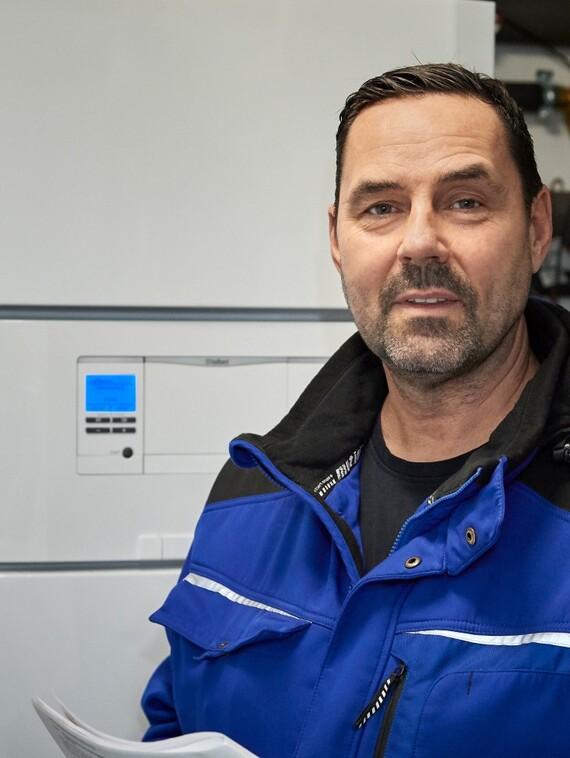 """Stefan Simeit, Heizungsbaumeister: """"Mit der neuen Wärmepumpe haben wir im Grunde die komplette Heizung nach draußen verlagert. Das schafft eine Menge Platz, denn im Keller steht üblicherweise nur noch die Inneneinheit!"""""""