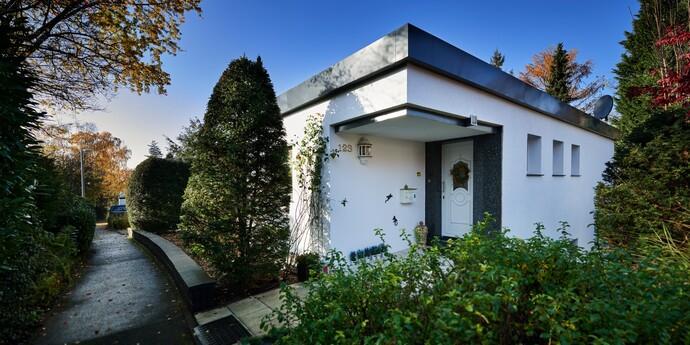 Der Wuppertaler Bungalow spiegelt architektonisch den Zeitgeist der 70er Jahre. Energetisch aber ist er heute in jeder Hinsicht vorbildlich saniert. (Fotos: Vaillant)