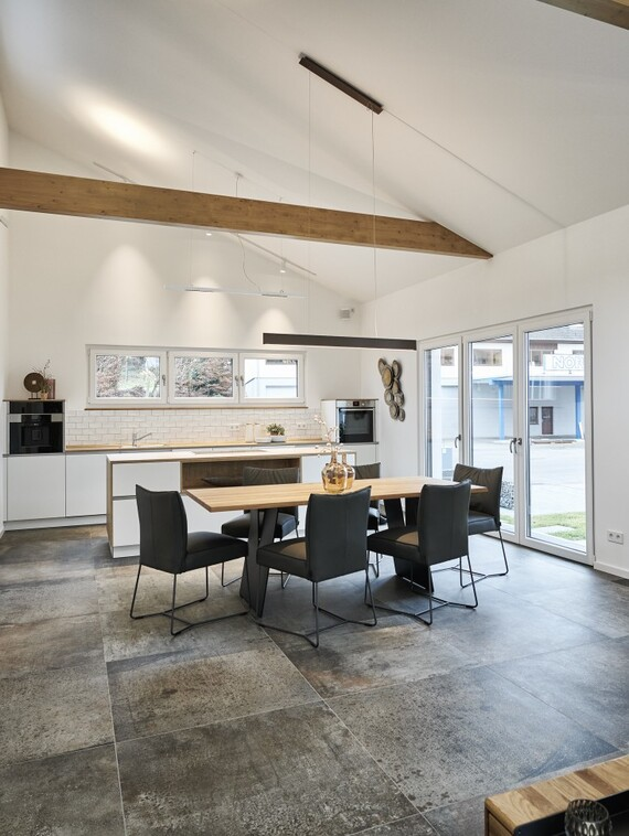 Helle, lichtdurchflutete Räume mit fließenden Übergängen kennzeichnen den Hausentwurf im Innern. (Fotos: Vaillant)