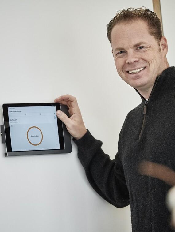 """Smart Home als technisches Gimmick oder als zukunftsweisender Trend? """"Nordhaus""""-Geschäftsführer Cürten hat dazu eine klare Meinung: """"Perspektivisch wird die Steuerung per Tablet und Apps zur Grundausstattung eines jeden Neubaus gehören."""""""