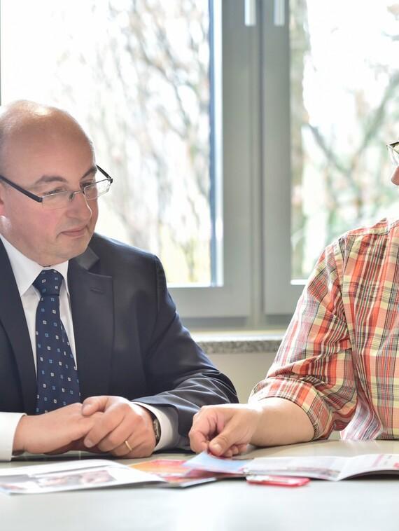 Frank Kühne, technischer Mitarbeiter der Kreiswohnbau (re.), erläutert Vaillant Key Account Manager Thomas Herdam das Wärmekonzept für die Reihenhäuser und den Stadtteiltreff.