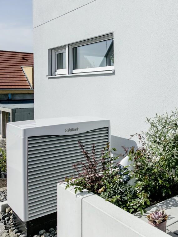"""Auch """"Ruhe"""" gehört zum Healthy Home-Konzept – und sogar der Luftkollektor aroCOLLECT neben der Haustür trägt dem Anspruch mit einem maximalen Betriebsgeräusch von 43 dB(A) Rechnung."""