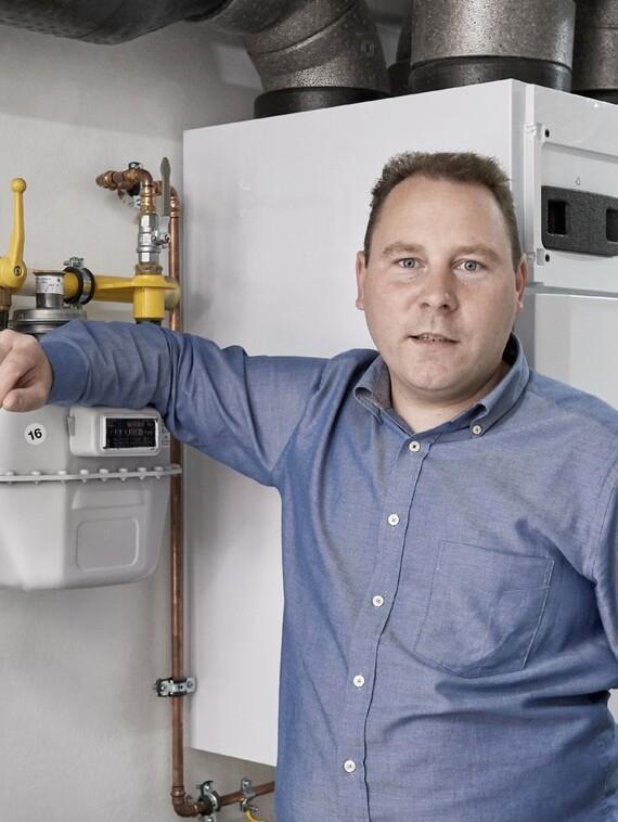 Wie viel Gas, wie viel Strom verbrauchen wir? Christian Trautmann muss dafür nicht mehr wie hier in den Keller zum Zähler gehen. Durch die vernetzten Geräte mit Green iQ Label werden ihm die Infos direkt aufs Handy gespielt.