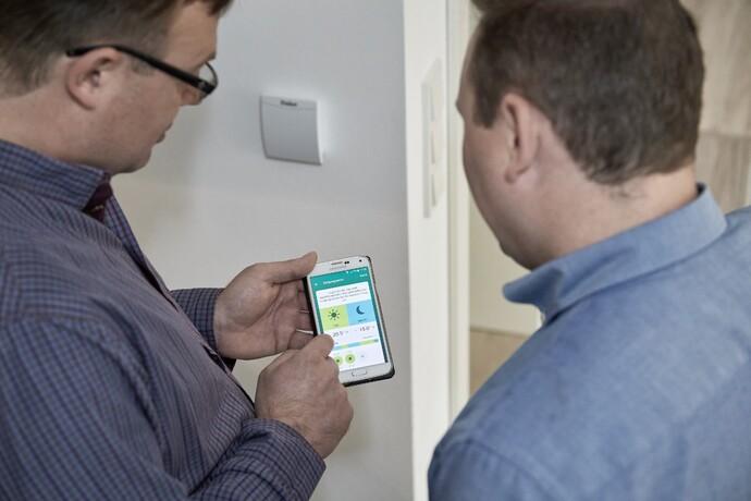 Fachhandwerker Marc Hermes ist genauso wie Hausherr Christian Trautmann von der Benutzerfreundlichkeit der Vaillant-App für Heizung, Lüftung und Solar begeistert.