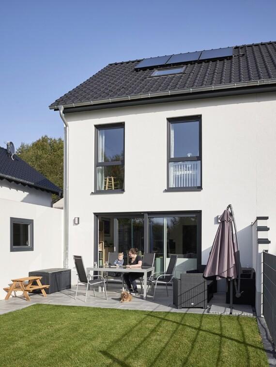 Das eigene Heim mit Terrasse und kleinem Garten: Familie Trautmann hat sich in Solingen diesen Traum erfüllt.