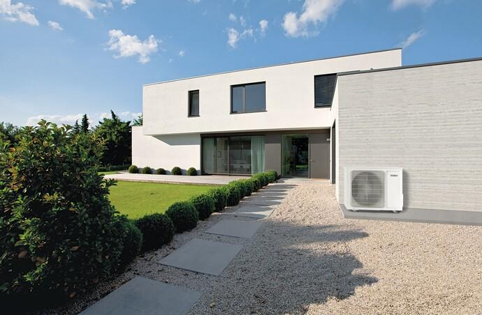 Bei Split Klimaanlagen befindet sich die Außeneinheit in diesem Beispiel an der Garagenwand. Das Geräusch der Anlage ist im Haus nicht zu hören.