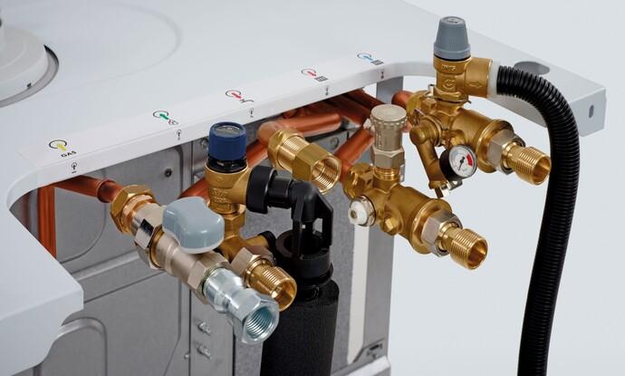Bei Vaillant Brennwertsystemen mit Warmwasserbereitung befindet sich die Sicherheitsgruppe direkt am Gerät.